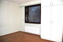 Toisessa makuuhuoneessa on kiinteät kaapistot sekä vaatehuone.