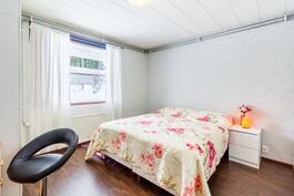Tilava makuuhuone / Rymligt sovrum