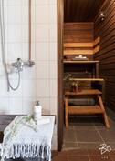 Päärakennuksen sauna ja kylpyhuone