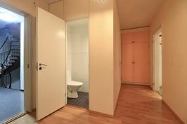 Eteistä / wc tilaa pienemmältä makuuhuoneelta päin kuvattuna