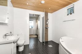 kylpyhuoneessa poreamme, toinen suihku ja wc
