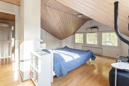 Yläkerta muunneltavissa kahdeksi makuuhuoneeksi