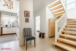 Eteinen ja yläkertaan vievä portaikko