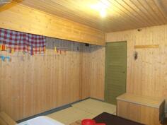 Kellarikerroksen takkahuoneesta, joka toimii niin pukeutumistilana kuin pyykinkuivaushuoneena