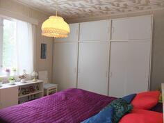 Makuuhuoneesta, jonka yhteydessä myös vaatehuone