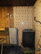 Suihkutila ja perinteinen puukiuas saunassa