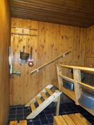 Myös sauna sijaitsee talon kellarikerroksessa