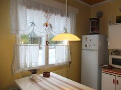 Keittiössä on ikkuna ja sen eteen mahtuu ruokapöytä