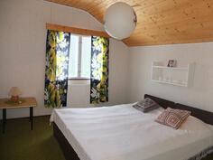 Yläkerran I makuuhuone. Yläkerran huoneiden lattioissa on kokolattiamatto.