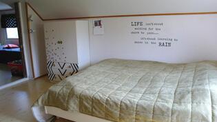 Yläkerran iso aula makuuhuonekäytössä
