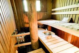 Sauna on remontoitu v. 2010. Jyhkeä pylväs antaa tukea löylyn päälle.