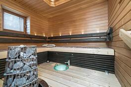 tilava , valoisa sauna, jossa löylyallas