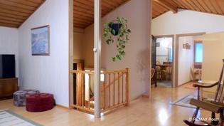 Näkymä olohuoneesta portaikkoon, keittiöön ja makuuhuoneeseen