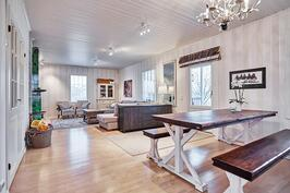 Olohuone ja ruokailutila muodostavat avaran ja kodikkaan tilan