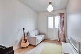 Vierashuoneesta saa avattua ovet ranskalaiselle parvekkeelle