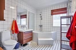 Yläkerran kylpyhuoneessa on lapsiperheen suosikki: amme!