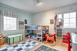 Toisesta lastenhuoneesta löytyy tilava liukuovikaapisto