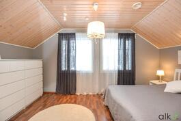 Tämän kodin neljäs makuuhuone on valoisa ja tilava.