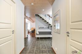 Upea harmaa laattalattia rajoittaa aulatilan.