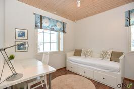 Alakerran makuuhuone toimii myös hyvin vierashuoneena tai toimistona.
