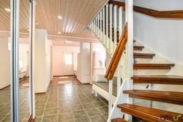 Aulan portaat johtaa tämän kodin toiseen kerrokseen.