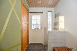 Suihku ja sauna sijaitsee kodinhoitohuoneen vieressä.