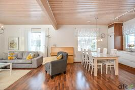 Avara pohjaratkaisu yhdistää keittiön ja olohuoneen.