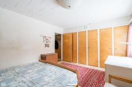 Alakerran makuuhuone I