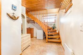 sisääntulo ja portaat yläkertaan
