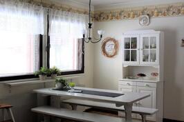 Tilavaan keittiöön ja ruokailutilaan tulvii valoa