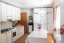 Keittiössä reilusti kaapistoja sekö paikka isollekin ruokapöydälle