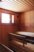 Iso ikkunallinen sauna, jossa uusittu sähkökiuas