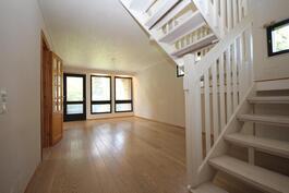 Olohuone ja käynti yläkertaan