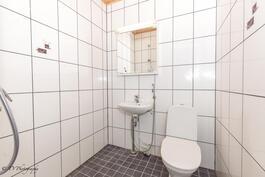 Työhuoneen yhteydessä oleva wc jossa suihku