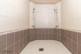 Pesuhuonetta kahdella suihkulla