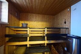Sauna, jossa puu- ja sähkökiuas
