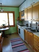 Puustellinen keittiö