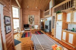 Kuva keittiöstä olohuoneeseen