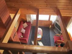 Näkymä yläkerrasta olohuoneeseen