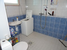 Kylpyhuone erillisessä saunarakennuksessa