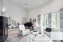 Olohuoneessa Uuniseppien graniittitakka ja jopa 5,8 m huonekorkeus