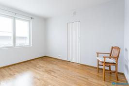 Makuuhuone 1: ssä vaatehuone ja komeroita