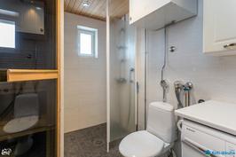 toinen wc ja suihkutilassa ikkuna
