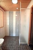 Laajennusosaan 2010 tehty kylpyhuone.