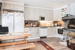 Uusittu keittiö, jossa varaava takka leivinuunilla