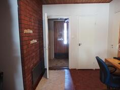 Eteinen, tuulikaappi, ovi wc:n tilaan ja pesuhuoneeseen