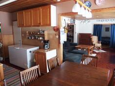 Keittiö, vasemmalla ovi eteiseen, taustalla olohuone ja makuuhuone