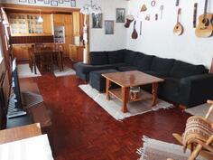 Tilava olohuone, taustalla keittiö
