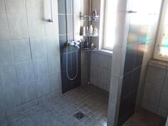 Pesuhuone ja suihkuseinä
