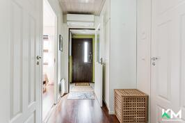 Eteiskäytävä. Vasemmalla makuuhuone, oikealla ovi kylpyhuoneeseen.